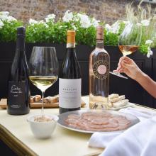 """L'été est là aux Caves de Taillevent. Notre directeur Gaëtan Molette vous propose aujourd'hui sa sélection de saison ! Profitez de l'arrivée des beaux jours, pour découvrir des vins blancs, rouges et rosés parfaits pour la saison. Une sélection ensoleillée à découvrir sur notre e-shop (lien en bio)  Le mot de Gaëtan :   """"Des vins m'ayant chacun marqué profondément. Quel plaisir j'ai eu à chaque redécouverte !"""""""