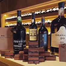À l'occasion du week-end pascal, une boîte de chocolat de @lamaisonduchocolat_paris sera offerte demain aux Caves de Taillevent pour tout achat de flacons (vins, Champagnes, spiritueux...). 🍷🍫  Les Caves de Taillevent sont ouvertes du lundi au samedi de 10h à 19h.